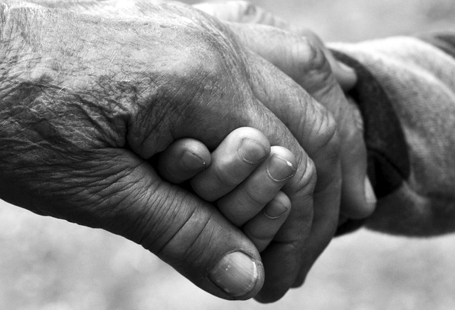 ruka dítěte a dědy.jpg