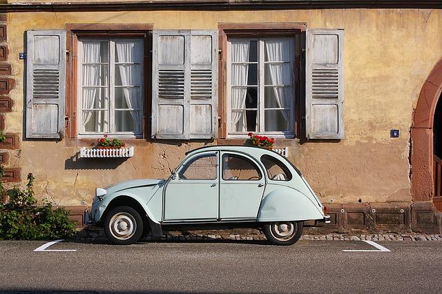 auto pod okny.jpg