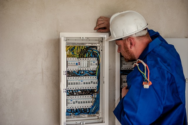 elektrikář  u pojistek