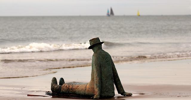 socha na pláži