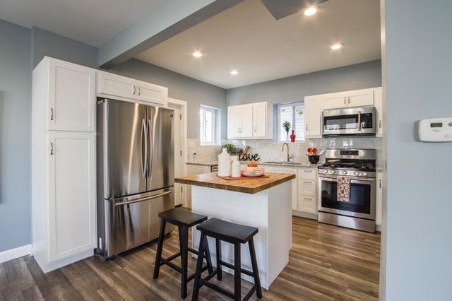 moderní lesklá bílá kuchyně