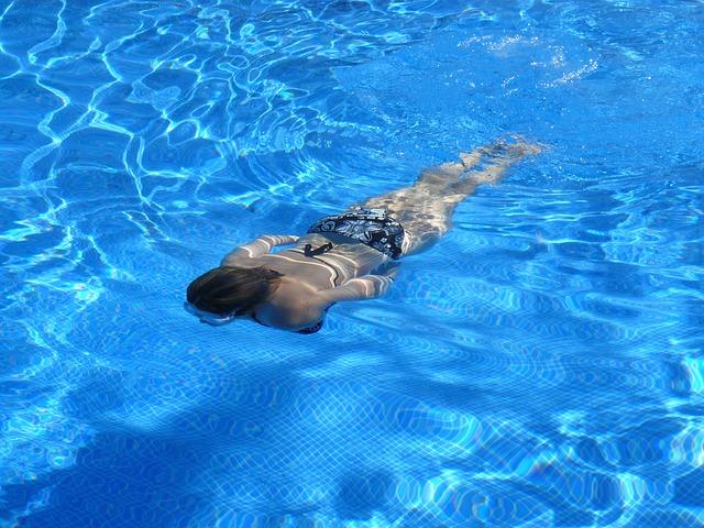 splývání v bazénu